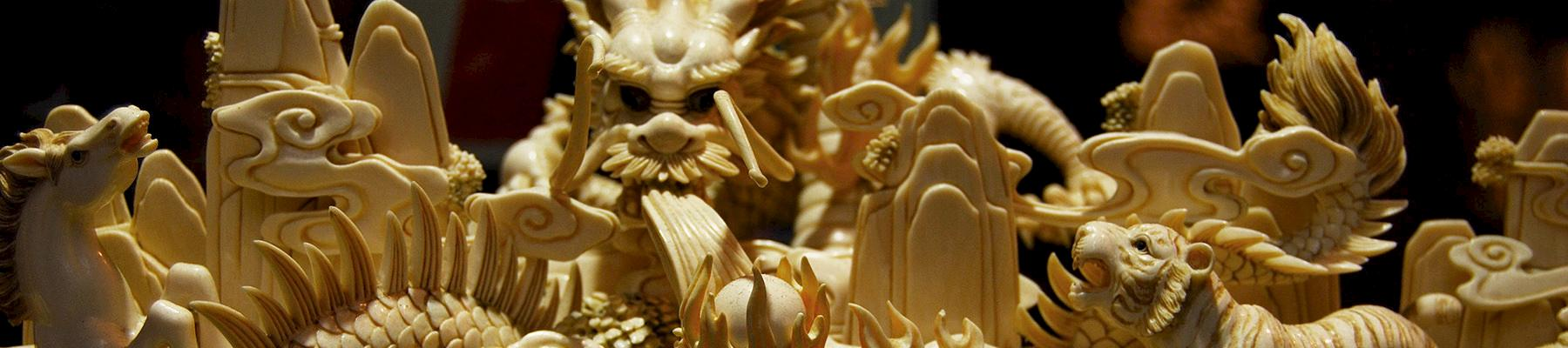 Ivory carvings on display at a shop in Hong Kong © vince42 / Generic CC 2.0