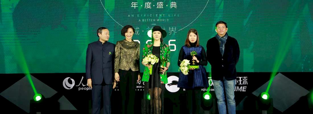TRAFFIC's Sammi Li (second from right) receiving the award on behalf of WWF and TRAFFIC © huanqiu.com